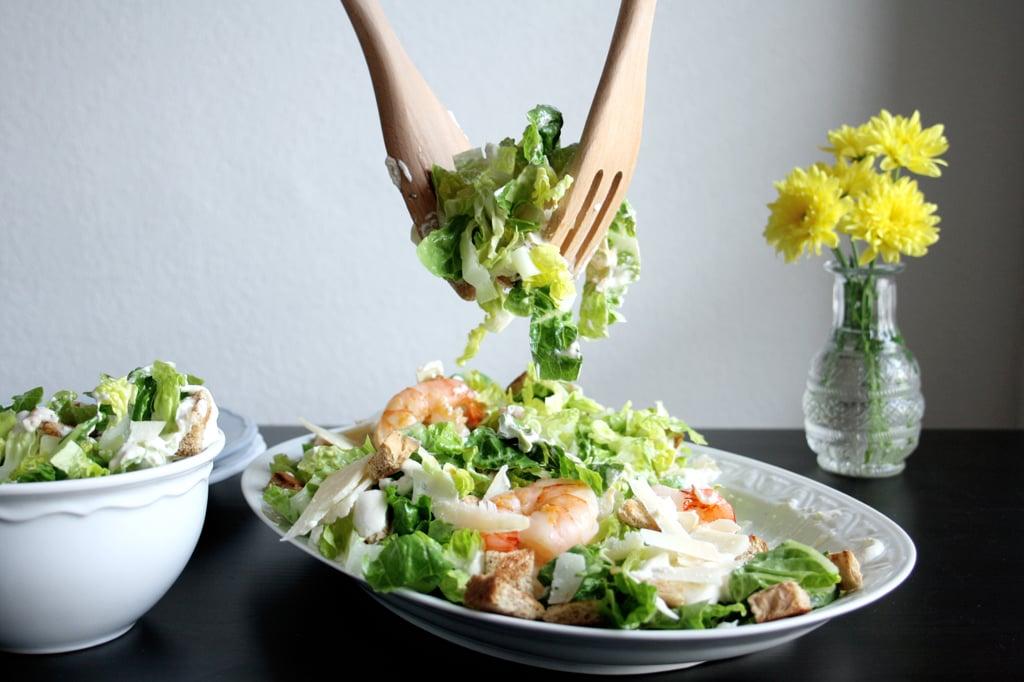 Caesar Salad mit Parmesan, Croutons & Garnelen