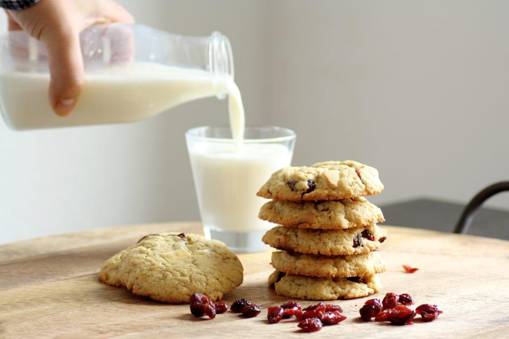 Perfekt zu einem Glas Milch oder einer Tasse Kaffee: Cookies mit weißer Schokolade und Cranberries