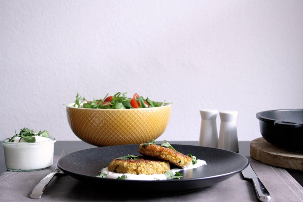 Zu meinen Quinoa-Bratlingen mit Karotten & Koriander passen Quark und Salat