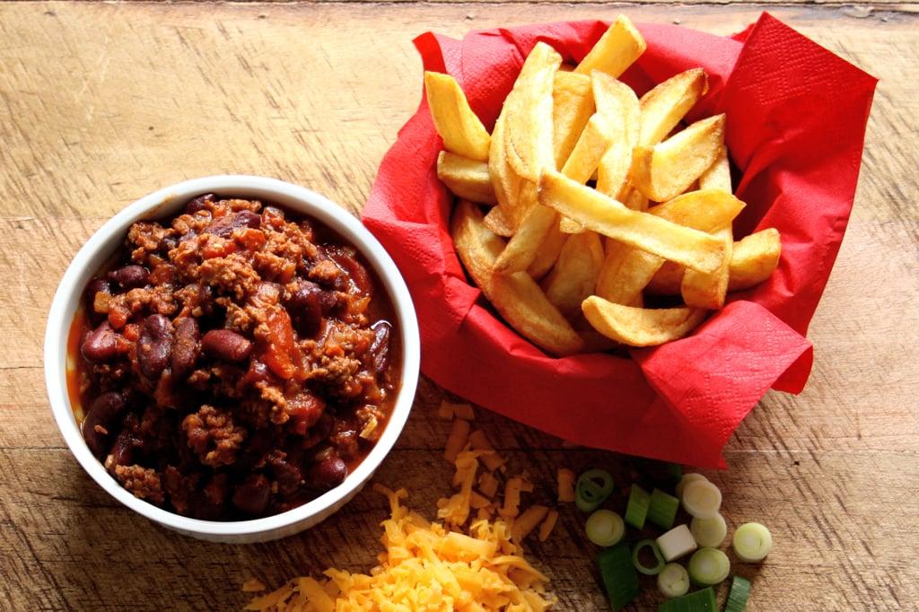 Deftige Chili Cheese Fries mit selbst gekochtem Chili und selbstgemachten Pommes