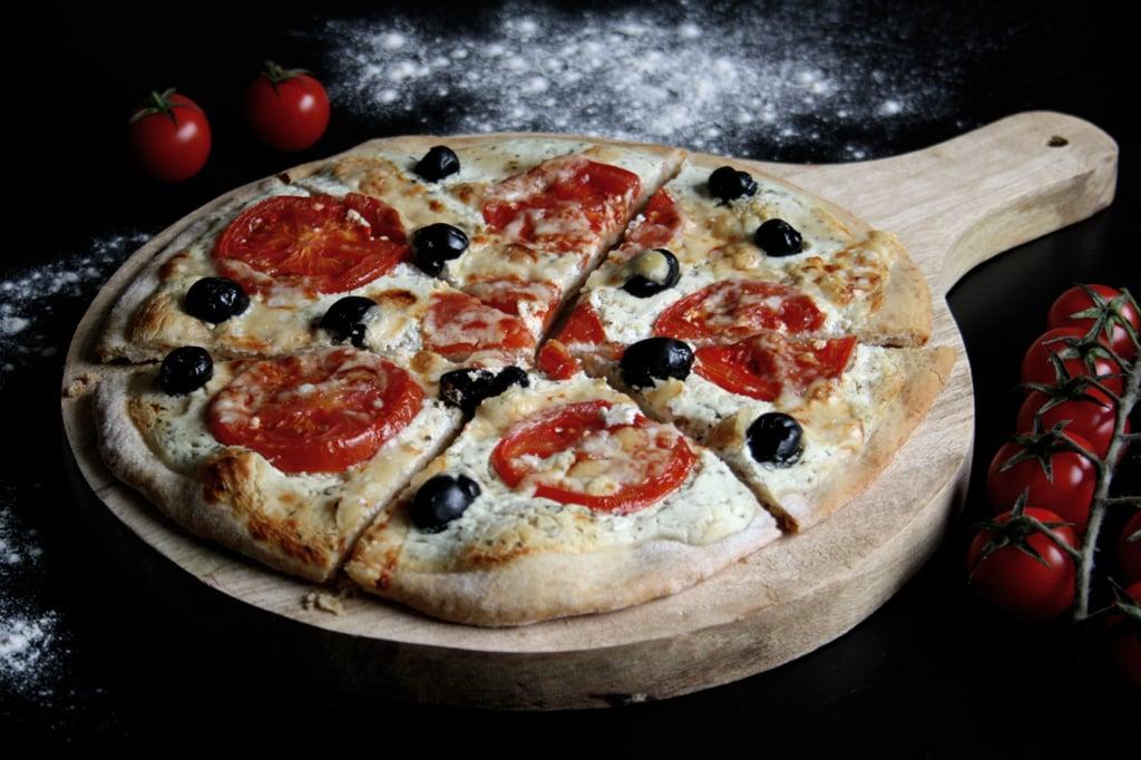 Pizza mit Ziegenfrischkäse, Tomaten & Oliven