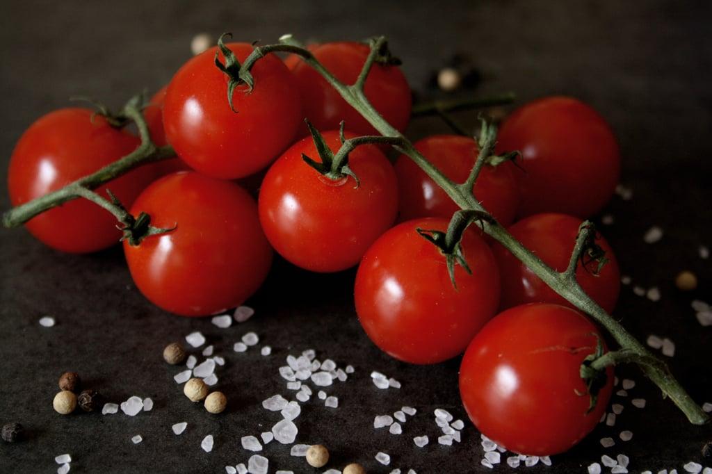 Tomaten dürfen in meinem Rezept für gebackene Süßkartoffeln mit Ofengemüse auf keinen Fall fehlen