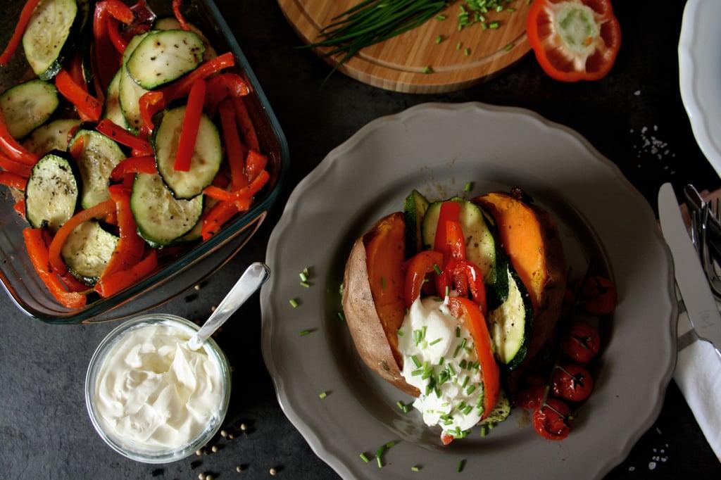 Gebackene Süßkartoffeln mit Ofengemüse: Ein gesundes und leckeres Abendessen mit nur knapp 450 Kalorien