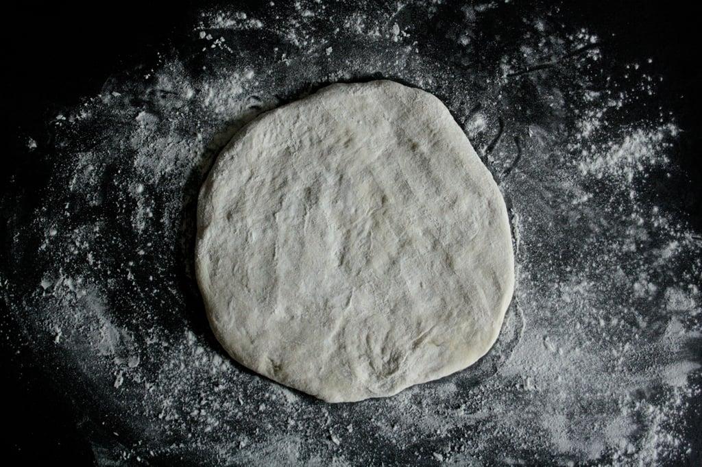 Teig für Pizza mit Mozzarella, Oliven & Rucola