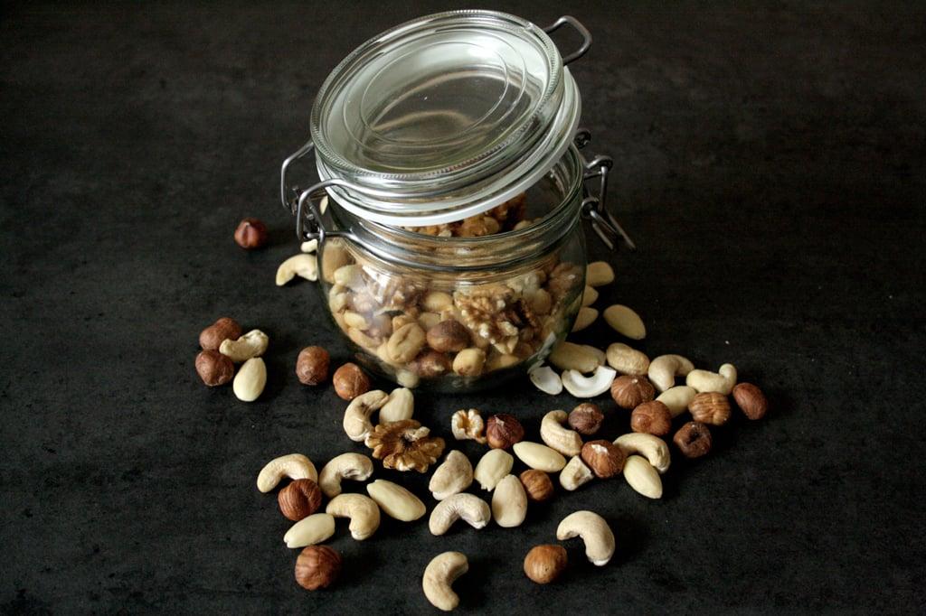 Walnüsse, Cashewnüsse, Mandeln oder Erdnüsse - sie passen alle perfekt in die Schoko-Nuss-Cookies