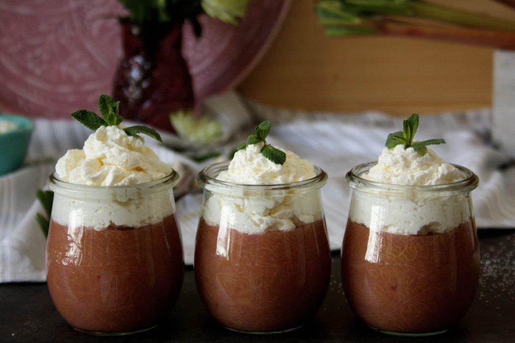 Fruchtiger Rhabarber-Pudding mit Sahne