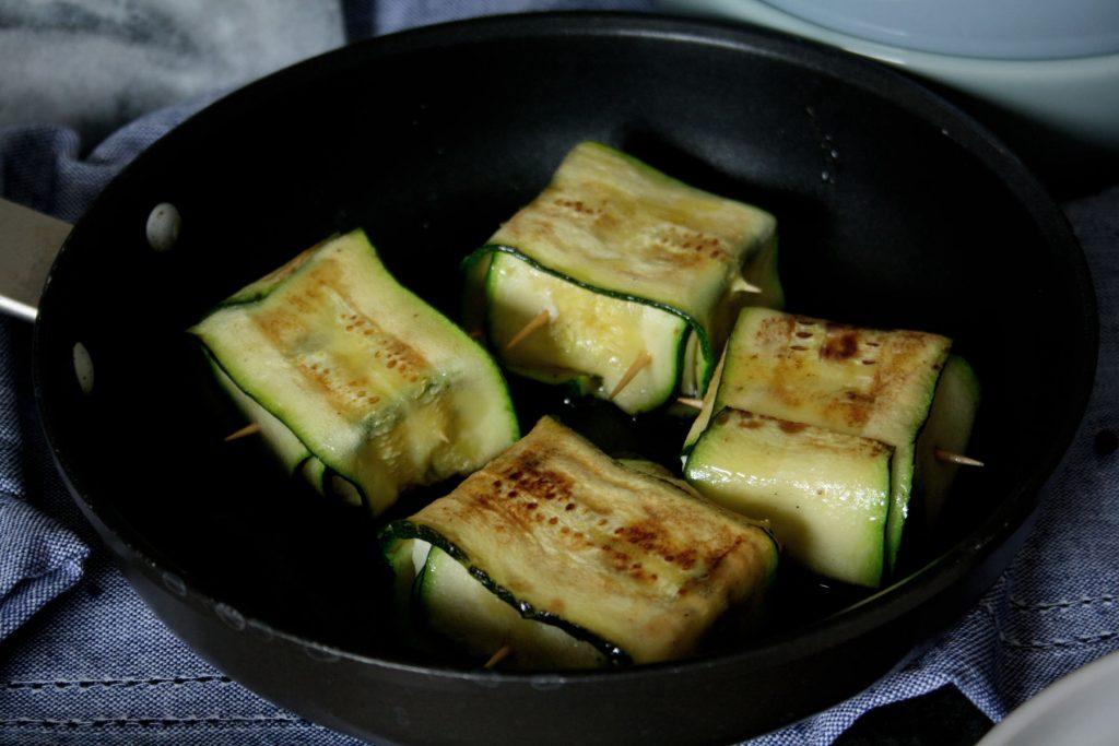 Zucchini-Feta-Päckchen auf Feldsalat