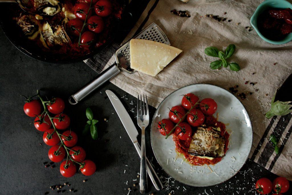 Gefüllte Auberginen-Röllchen in Tomaten-Paprika-Sauce