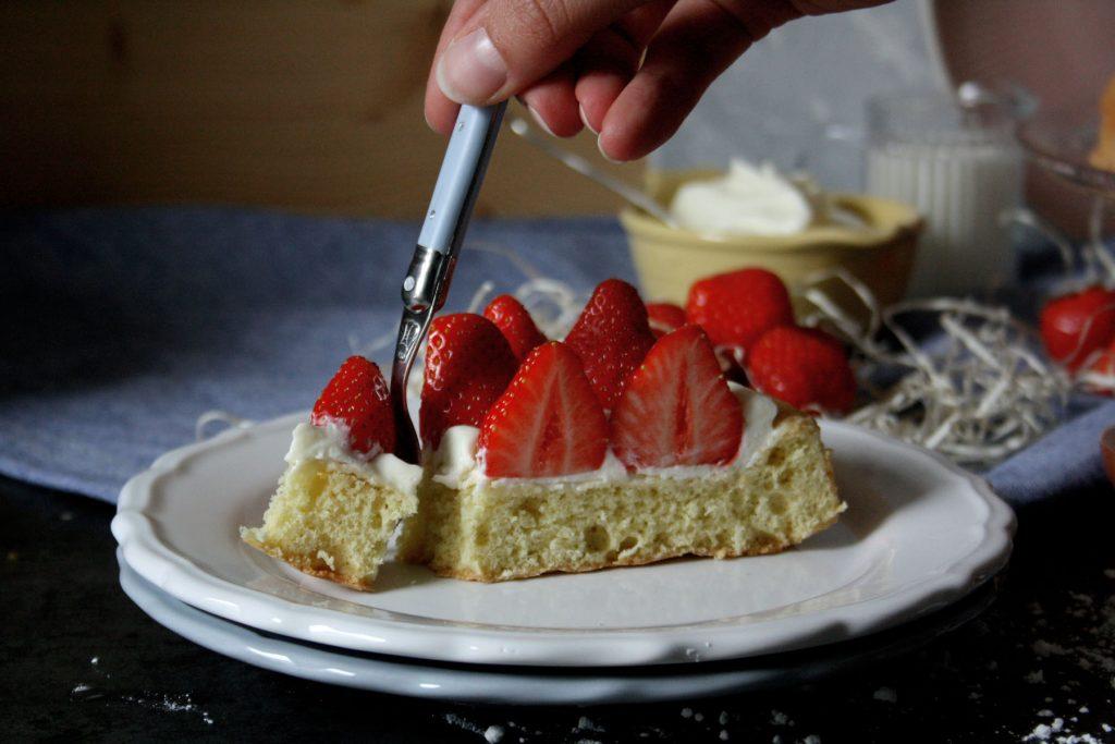 Biskuit mit Erdbeeren – zum Muttertag mit Liebe gebacken
