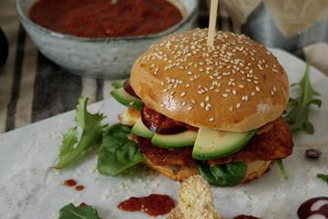 Halloumi-Burger mit Avocado & aromatischer Paprikasauce