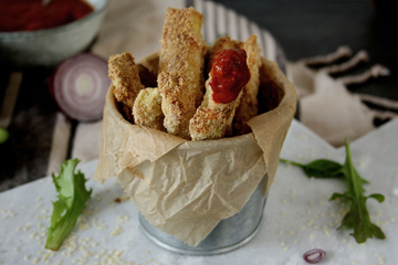 Gesunde Zucchini Sticks mit aromatischer Paprikasauce