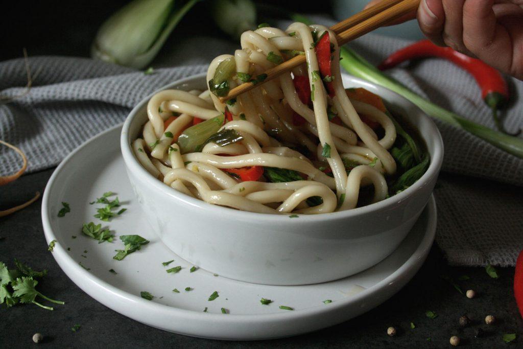 Asiatische Gemüsesuppe mit Udon-Nudeln