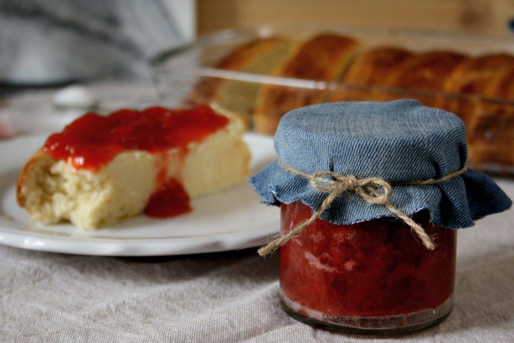 Einback mit selbstgemachter Erdbeer-Konfitüre