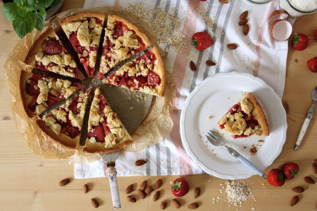 Sommerlicher Streuselkuchen mit Erdbeeren