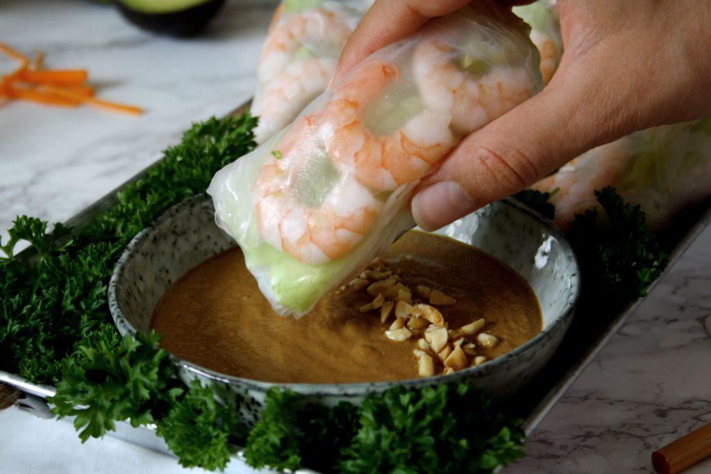 Asiatische Sommerrolle mit Erdnuss-Soja-Dip