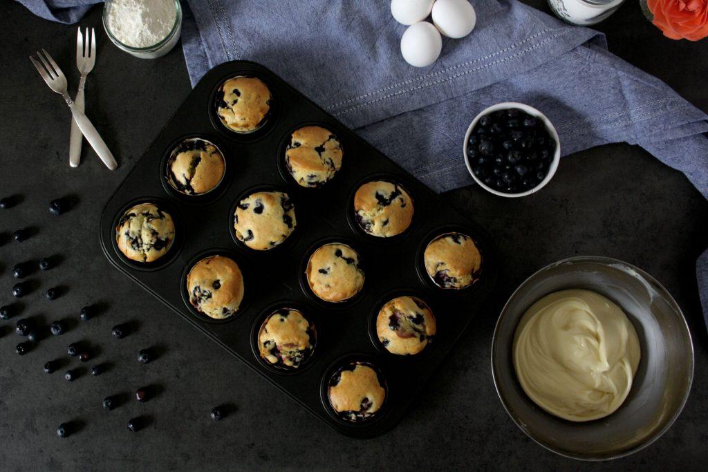 Heidelbeer-Muffins mit White-Chocolate-Frosting