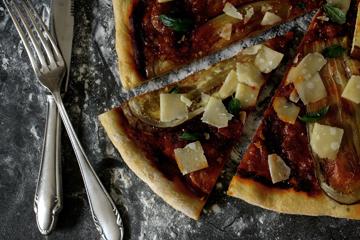 Pizza mit Auberginen & Parmesan