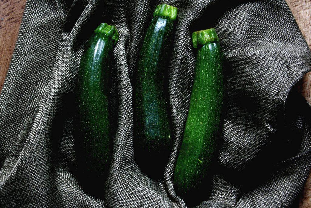 Zucchini für Zucchini-Parmesan-Puffer mit Kräuterquark