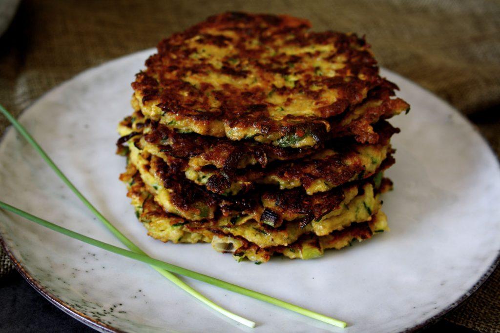 Zucchini-Parmesan-Puffer mit Kräuterquark