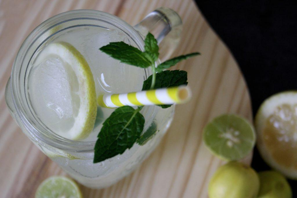 Zitronenlimonade aus selbstgemachtem Zitronensirup für Limonade und heiße Zitrone