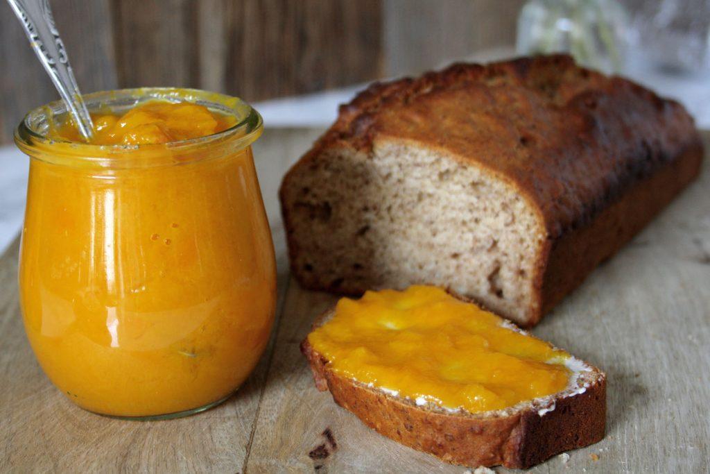 Fruchtige Mango-Konfitüre mit Agar-Agar auf Dattelbrot