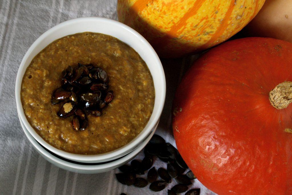 Kürbis-Zimt-Porridge mit karamellisierten Kürbiskernen