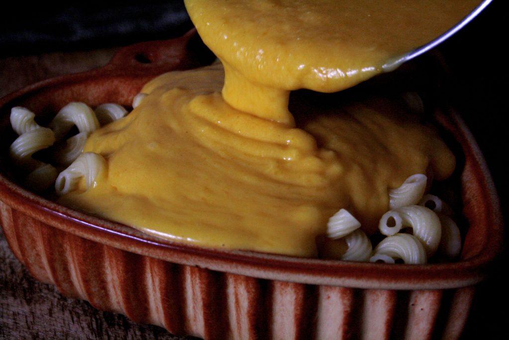 Kürbis-Käse-Sauce für Pumpkin Mac'n'Cheese mit dreierlei Käse