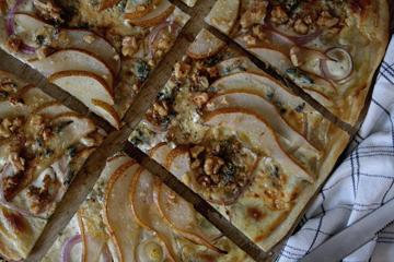 Flammkuchen mit Birne & Blauschimmelkäse