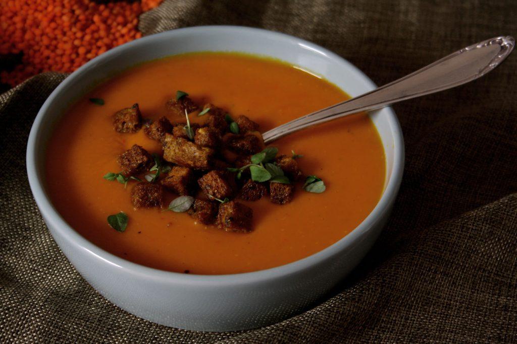 Kürbis-Linsen-Suppe mit knusprigen Croûtons