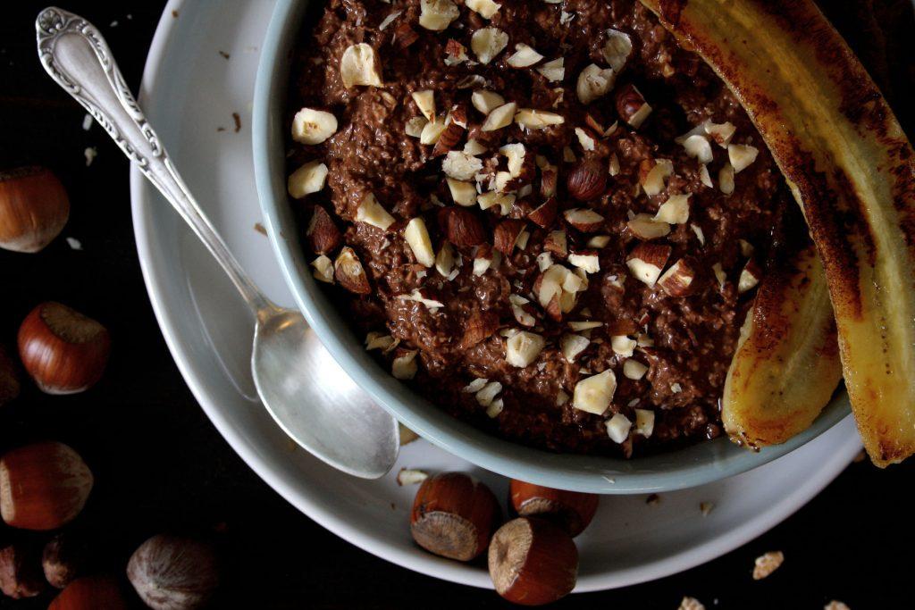Schoko-Haselnuss-Frühstück mit gebratener Banane