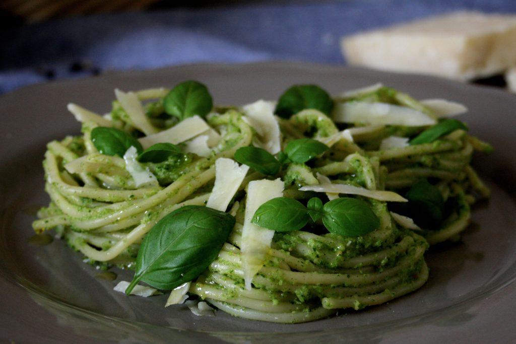 Spaghetti mit Brokkoli-Basilikum-Pesto