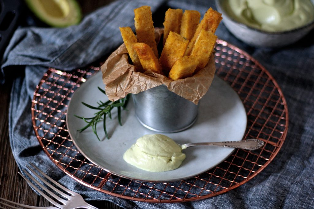 knusprige polenta pommes mit avocado aioli rezept auf carry on cooking. Black Bedroom Furniture Sets. Home Design Ideas