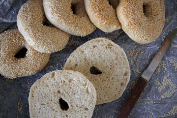 Klassische Bagels mit Sesam