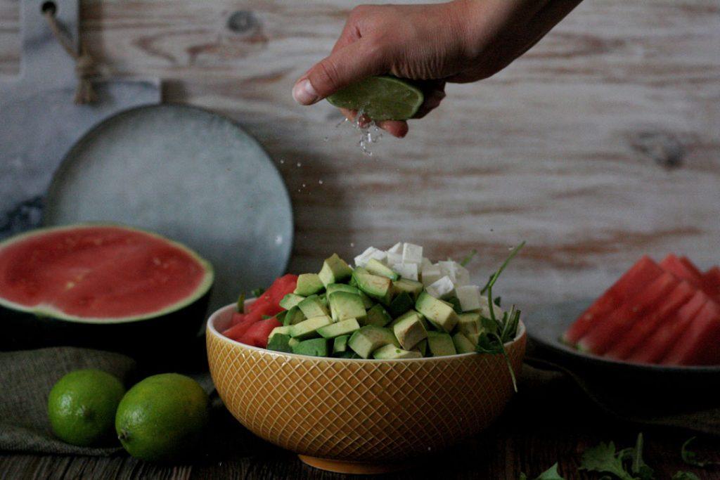 Erfrischender Melone-Avocado-Feta-Salat