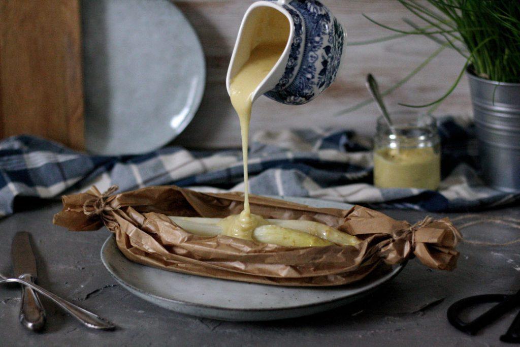 Spargel aus dem Pergament mit schneller Schummel-Hollandaise