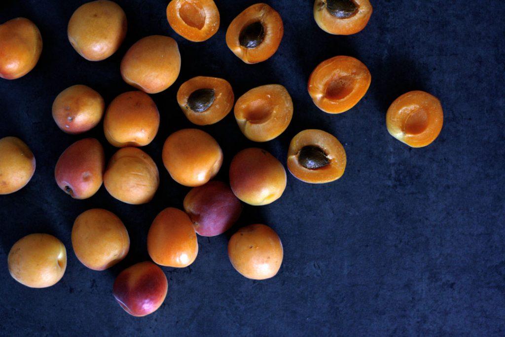 Aprikosen für Aprikosen-Beeren-Grütze mit Vanillesauce