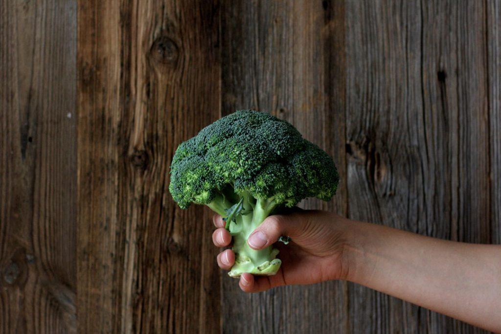 Brokkoli für knackigen Brokkoli-Apfel-Salat