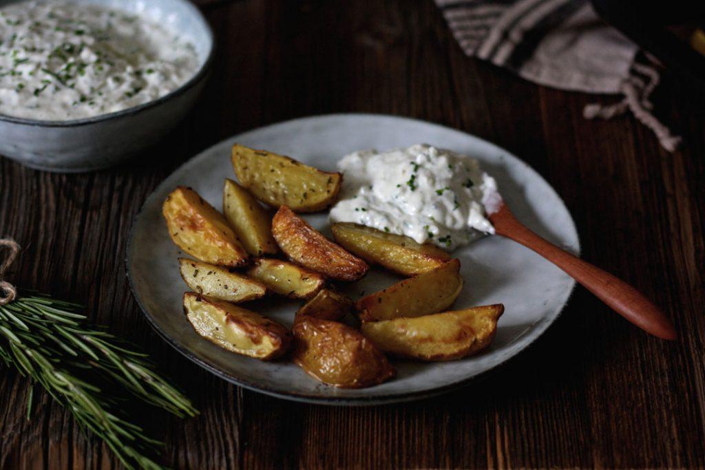 Kartoffelecken aus dem Ofen mit Kräuterquark