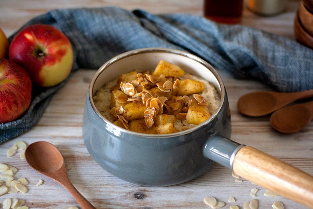 Bratapfel-Porridge mit karamellisierten Mandeln