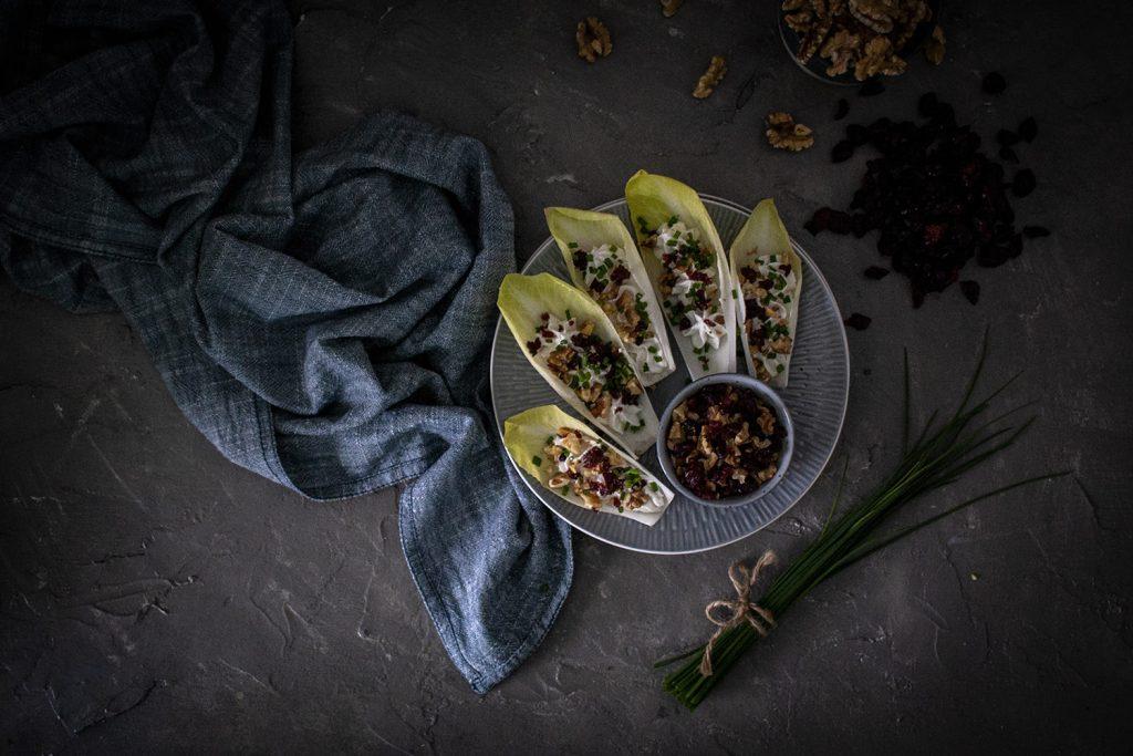 Chicorée-Schiffchen mit Frischkäse, Cranberries & Walnüssen