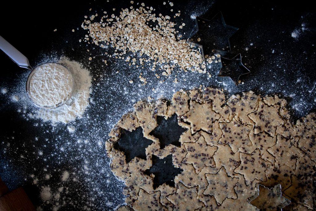 Zubereitung und Teig ausrolen für knusprige Schoko-Hafer-Plätzchen - einfach & vegan