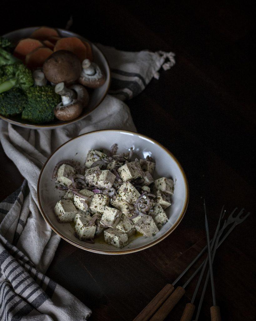 Italienisch marinierter Tofu und Gemüse für vegetarisches Fondue mit dem Fonduekarussell Armata von Kela