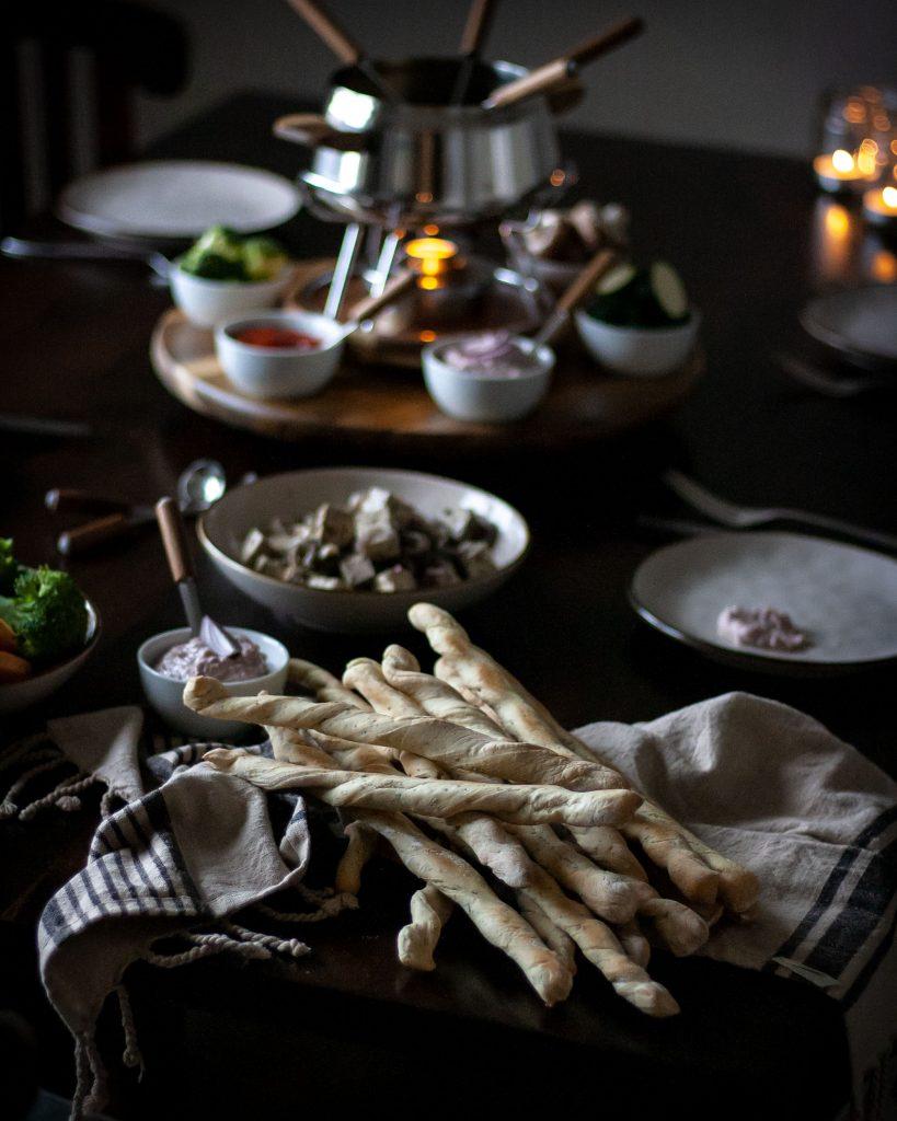 Vegane Dinkelbrotstangen für vegetarisches Fondue mit dem Fonduekarussell Armata von Kela