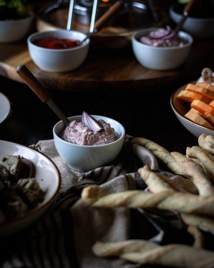 Karamellisierte-Zwiebeln-Dip für vegetarisches Fondue mit dem Fonduekarussell Armata von Kela