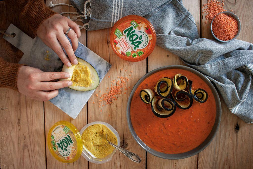 Zubereitung der gefüllten Auberginenröllchen in Paprika-Tomaten-Sauce mit NOA