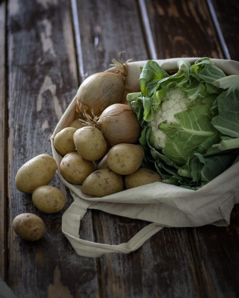 Blumenkohl, Kartoffeln und Zwiebeln: Gemüse für cremige Blumenkohlsuppe - einfach & vegan