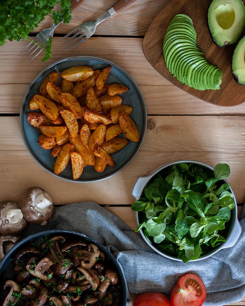 Avocado, Kartoffelecken, Salat & Pilze: Gesunde Zutaten für eine  Feierabend-Bowl
