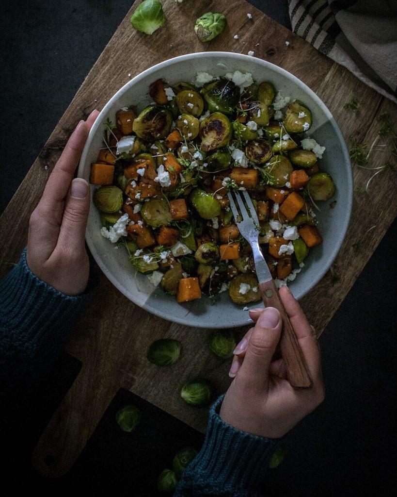 Gebratener Rosenkohl mit Süßkartoffel, Feta und Kresse