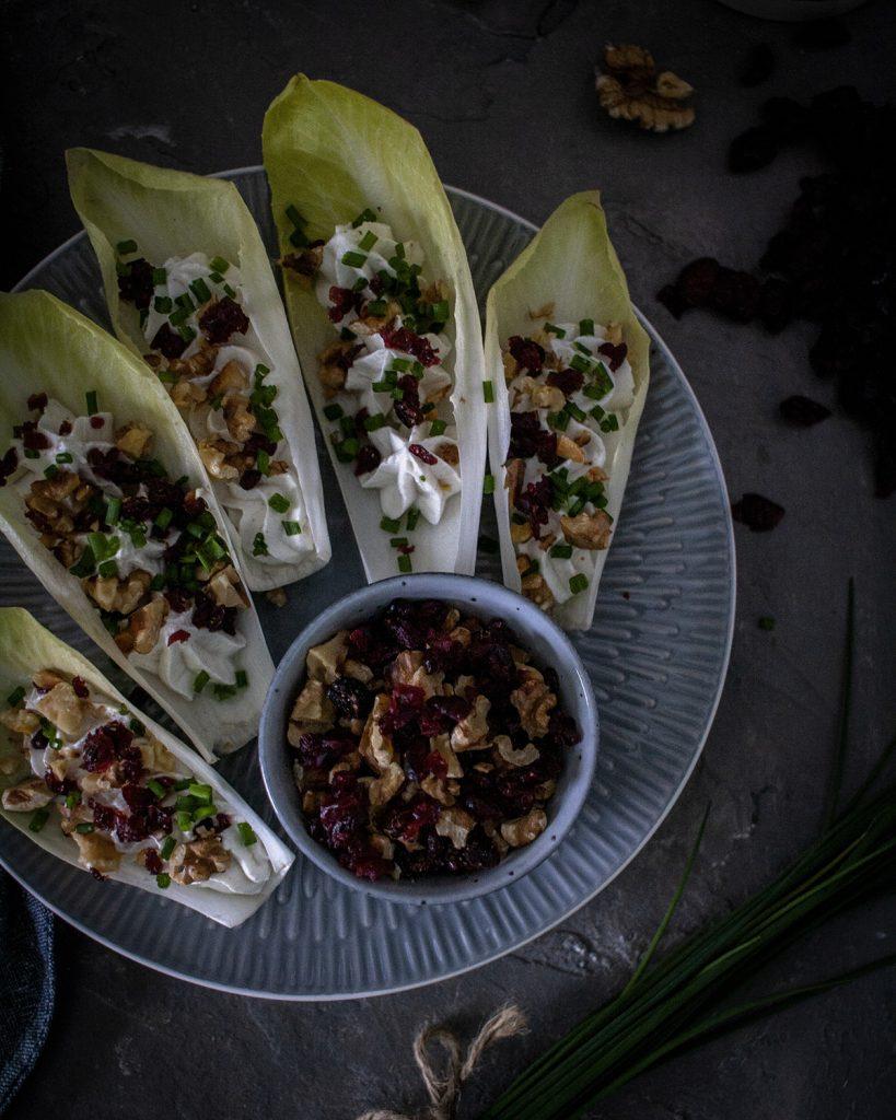 Leckere Chicorée-Schiffchen gefüllt mit Frischkäse, Cranberries & Nüssen