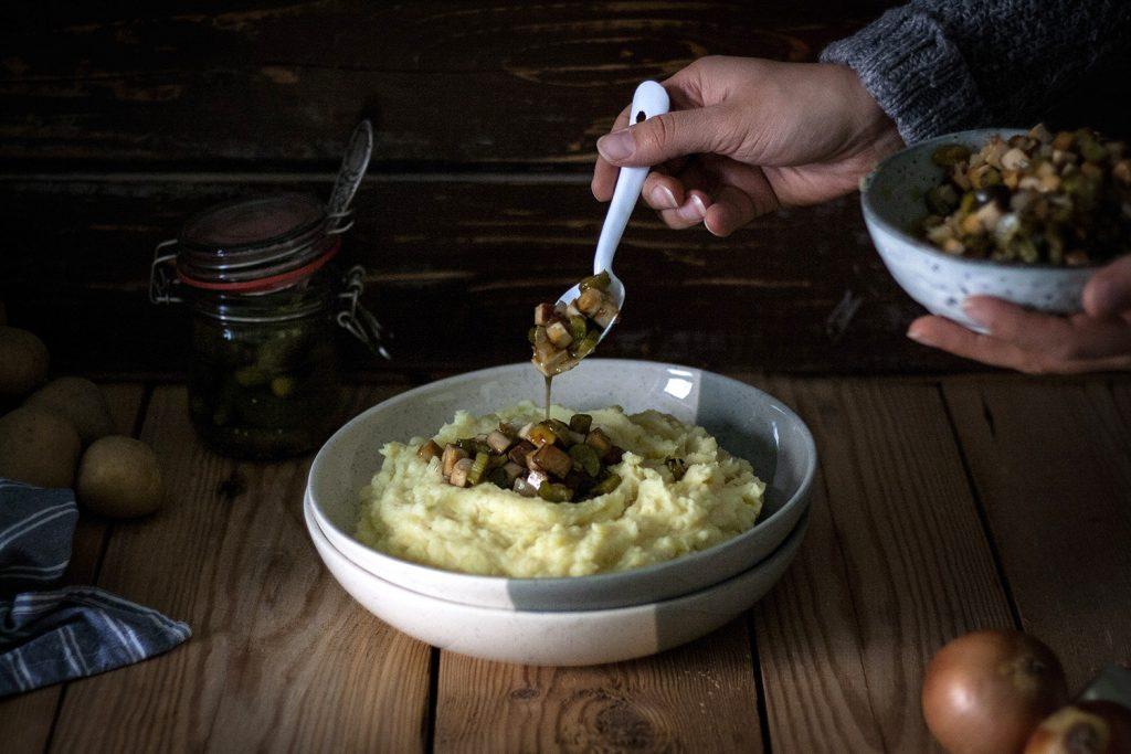 Kartoffelbrei mit geschmorten Zwiebeln, Gurken & Räuchertofu